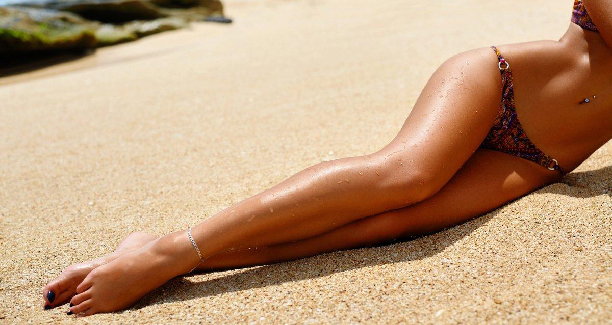ногами девушки с загорелыми
