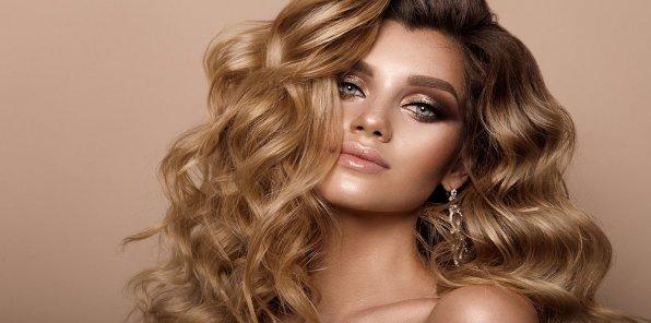 Скидки до 77% на услуги для волос в салоне красоты AVENUE